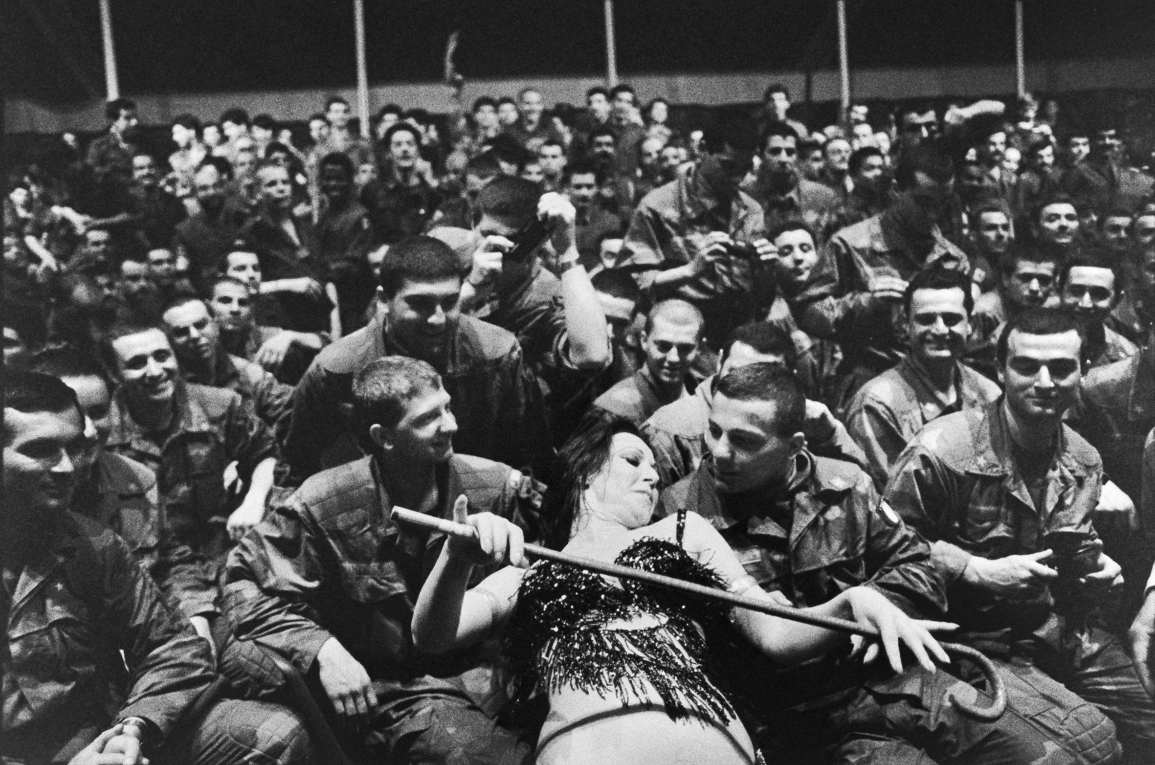 Demulder racconta la guerra in Libano. Libano. Membri della Force Internationale d'Interposition: serata di danze orientali all'hotel Commodore, Beirut, 1983.