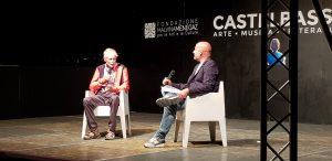 Erri De Luca sul palco a Castelbasso con Vincenzo D'Aquino, diretto del FLA