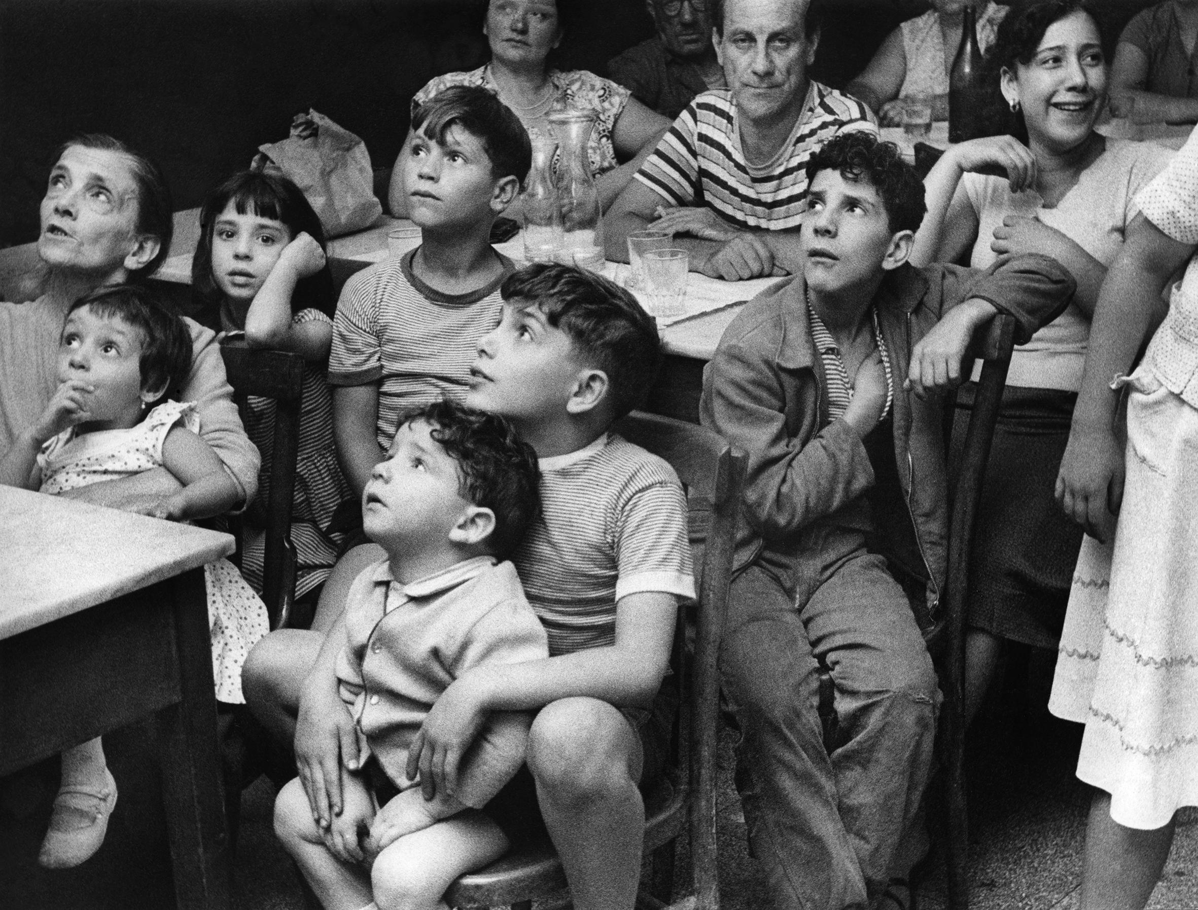 Lori Sammartino, Di fronte alla televisione, c. 1960 (Courtesy Daniele Petiziol).
