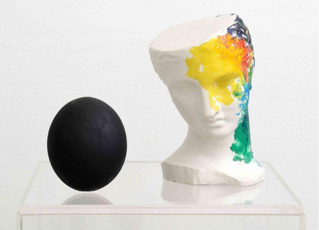 Claudio Parmiggiani, Figura con uovo (1985). Galleria Poggiali