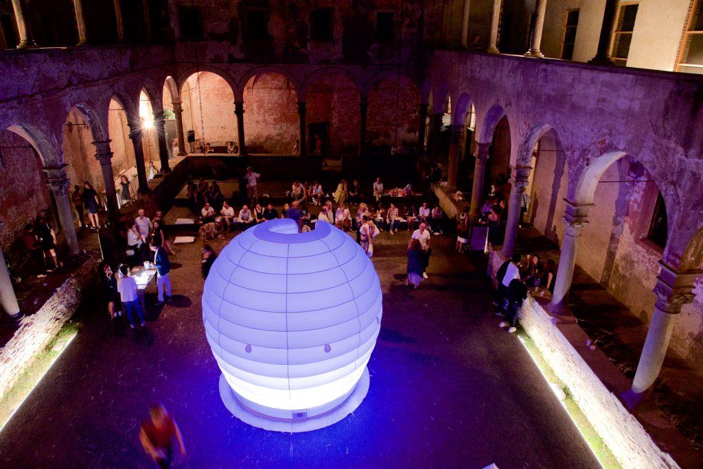 Contemporary Locus 11   Eva Frapiccini, veduta notturna di Dreams' Time Capsule durante l'opening.
