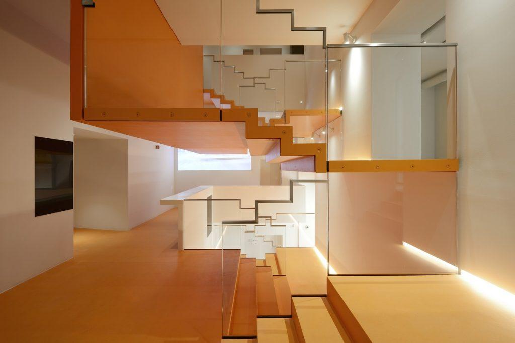 Dettaglio della scala Trasparente, fulcro dell'edificio. Foto Michele Nastasi
