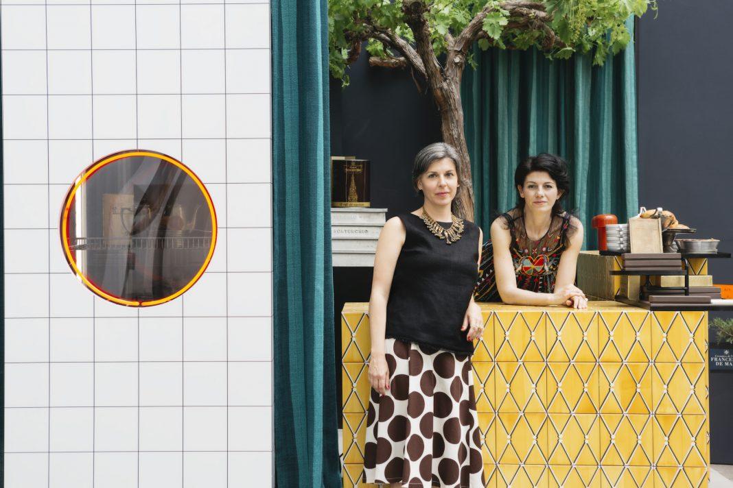EDIT Napoli 2019 - Emilia Petruccelli and Domitilla Dardi at Scaturchio courtyard with the bar designed by Giuliano Andrea Dell'Uva ©Lea Anouchinsky