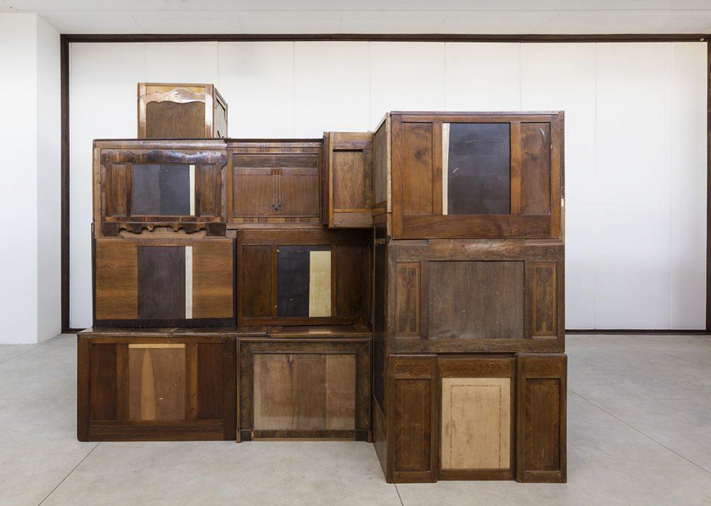 Flavio Favelli, Eldorado, 2020, a ssemblaggio di mobili e specchi, smalto, cm 319x347x294. Ph. Serge Domingie