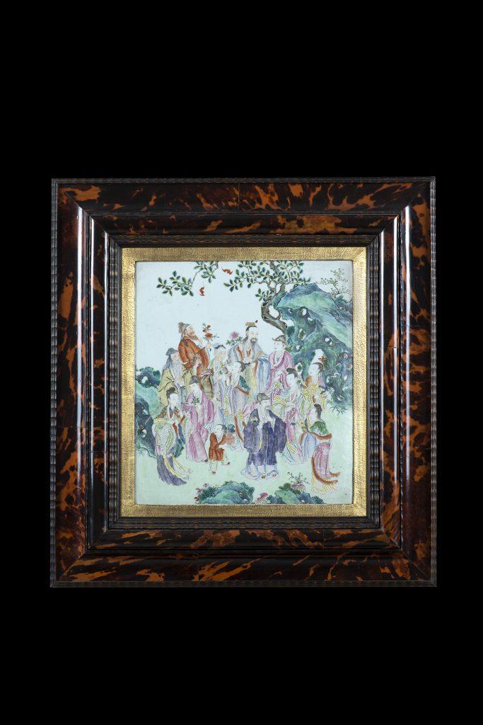 Lotto 1105 Placca in porcellana a smalti policromi decorata con Immortali, decorata sul retro, cornice in tartaruga. La placca: Cina, periodo Qianlong sec. XVIII. La cornice di epoca successiva. Il Ponte Casa d'Aste