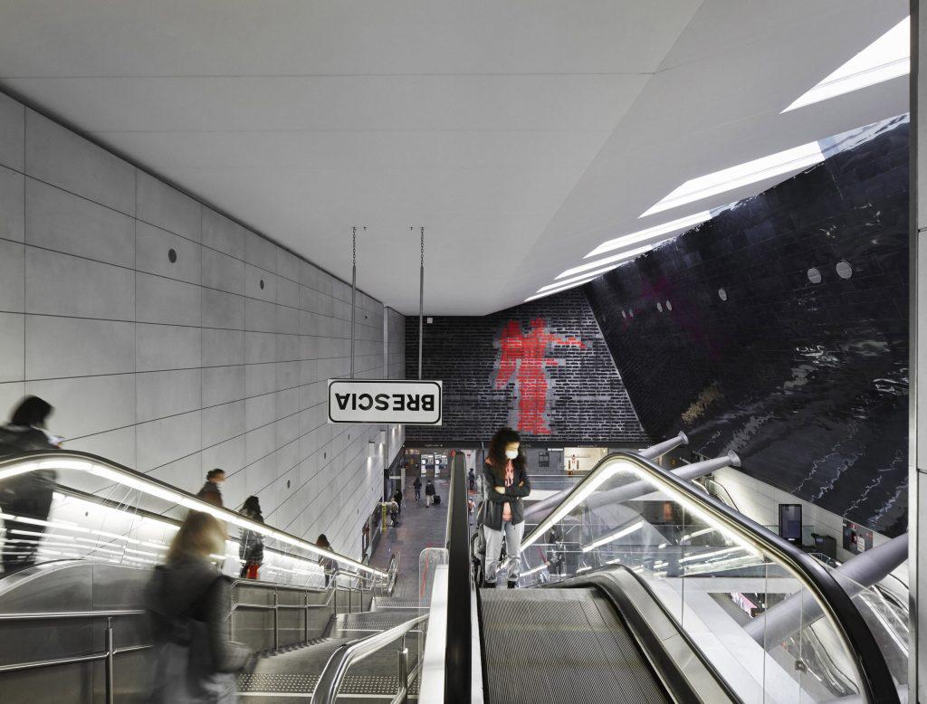 Emilio Isgrò, Incancellabile Vittoria, 2020, Stazione FS della metropolitana di Brescia. photo: Alessandra Chemollo