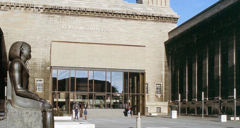 Berlino, sfregiate 70 opere in tre musei: i sospetti su un complottista