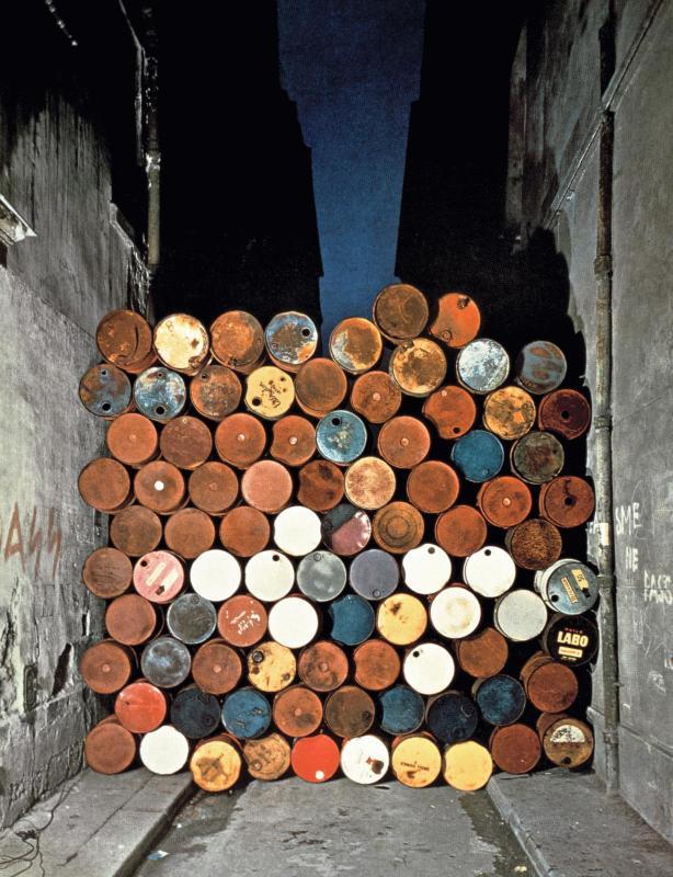 Christo Mur provisoire de tonneaux métalliques. Le Rideau de fer, rue Visconti, Paris, 27 juin 1962 (1962)