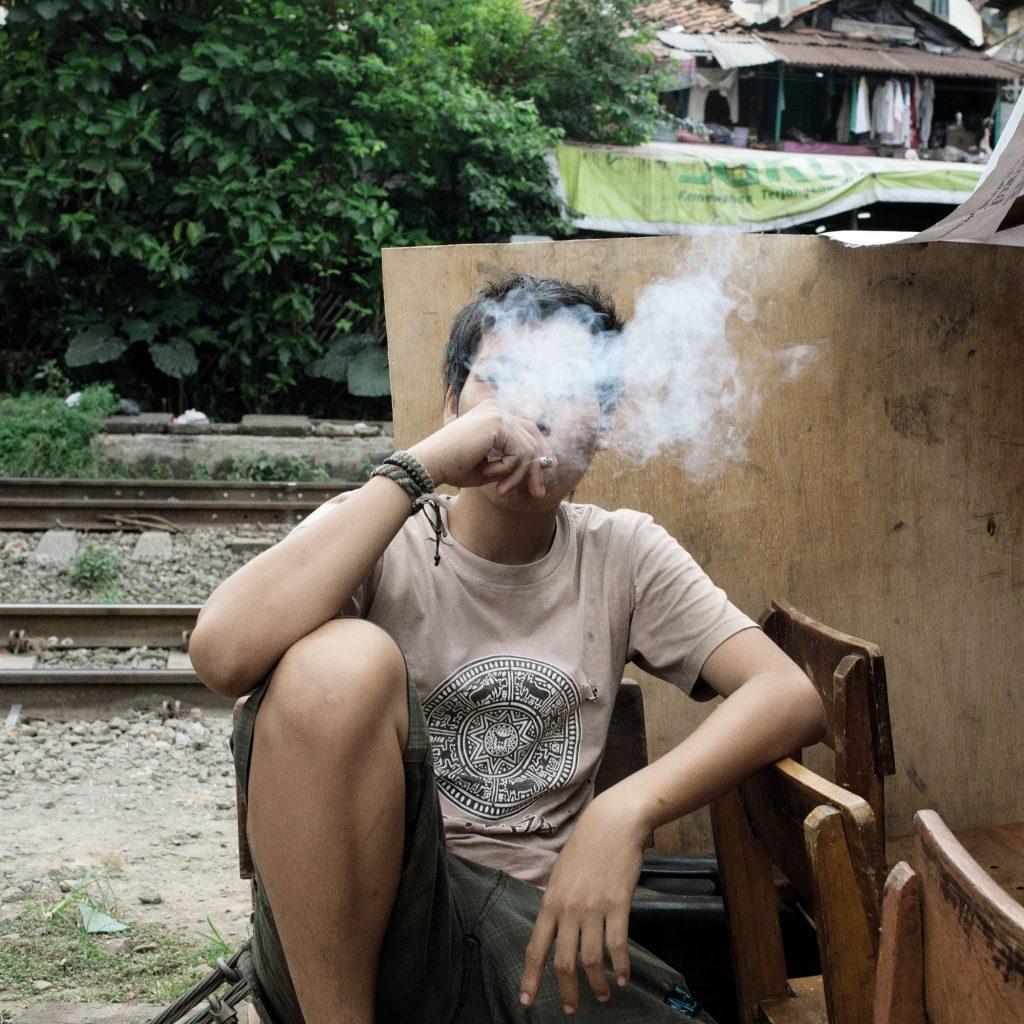 Rocco Rorandelli, Jakarta, Indonesia. Un fumatore minorenne © Rocco Rorandelli