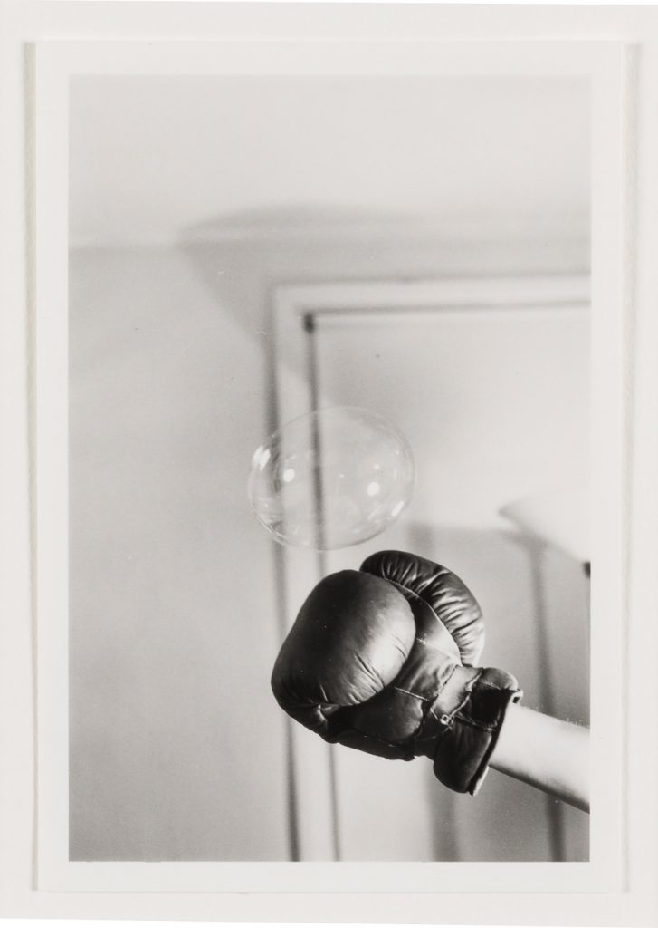 ROSE FINN-KELCEY Untitled: Boxing Glove and Bubble #4 c. 1970/2019 Stampa su carta Archival 11.5 x 8 cm senza cornice, 33.5 x 38 x 3 cm con cornice Courtesy Kate MacGarry, Londra. Artissima XYZ