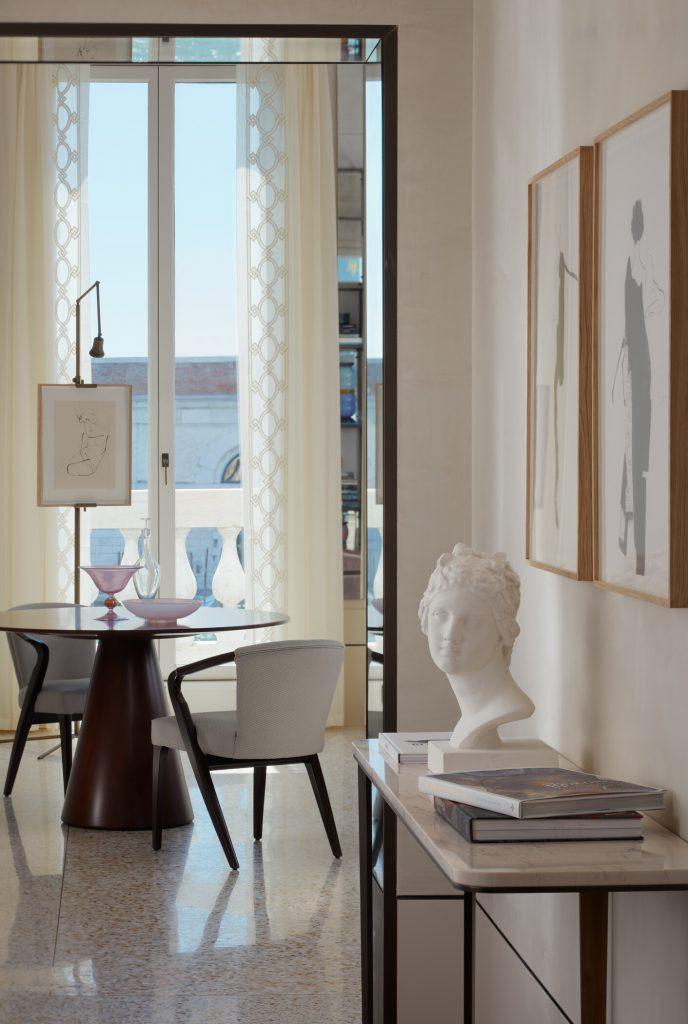 Nel corridoio della Presidential Suite, sono presenti stampe firmate in edizione limitata dall'artista Aurore de la Morinerie. Courtesy of The St. Regis Venice