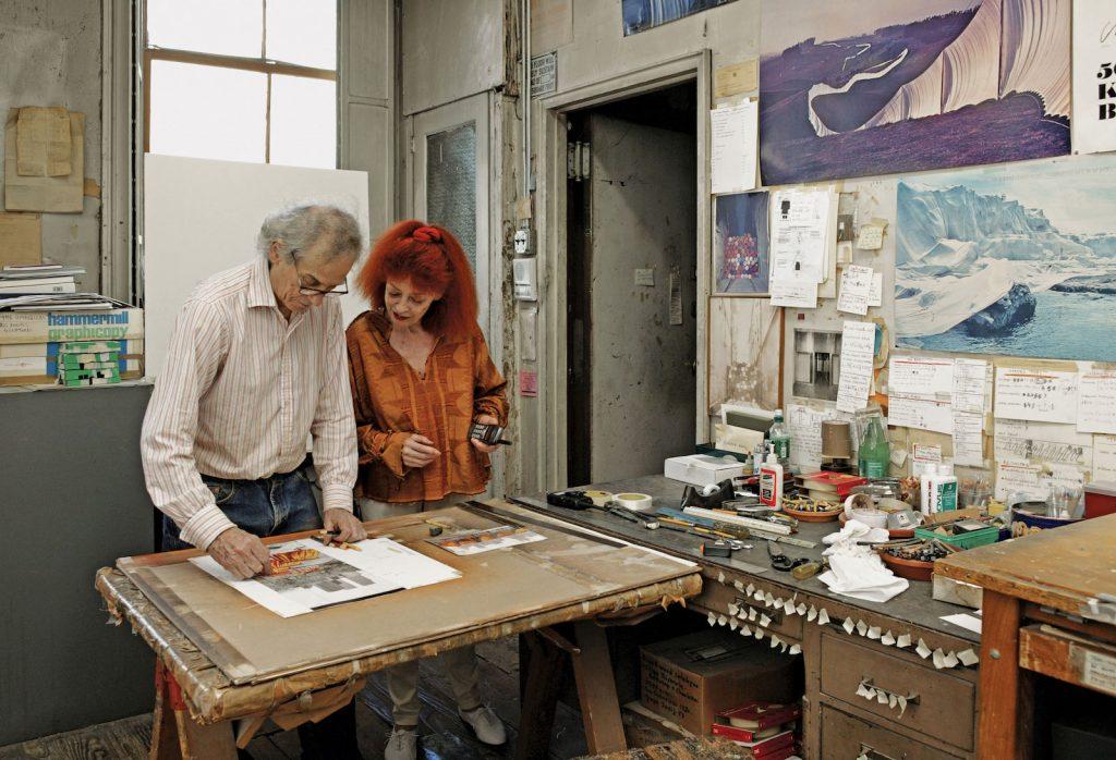 Christo e Jeanne-Claude nel loro studio di New York. Photo Wolfgang Volz. © The Estate of Christo V. Javacheff. Asta Sotheby's