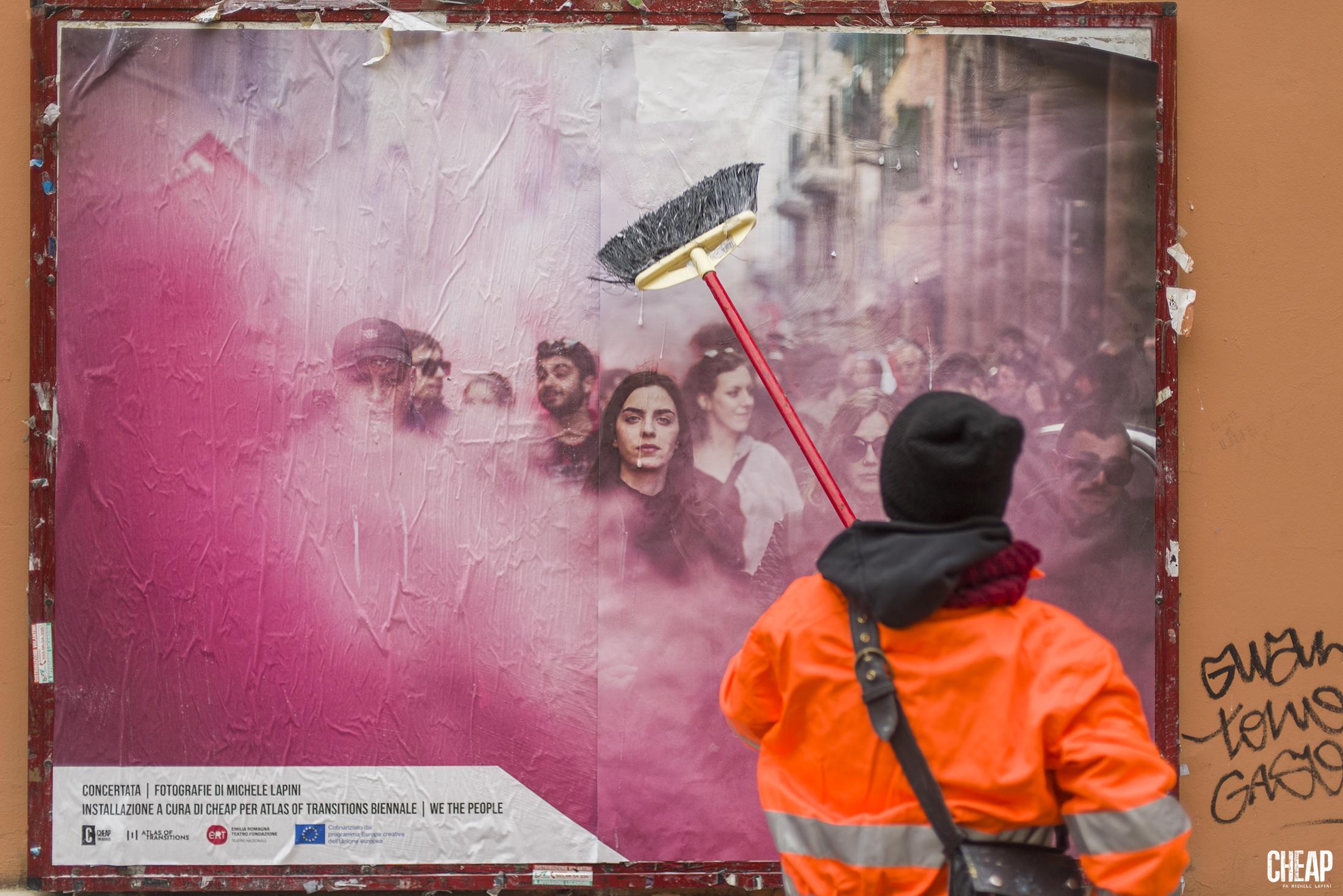 L'affissione dei poster di Cheap per Concertata (Foto: Michele Lapini - courtesy: Cheap).