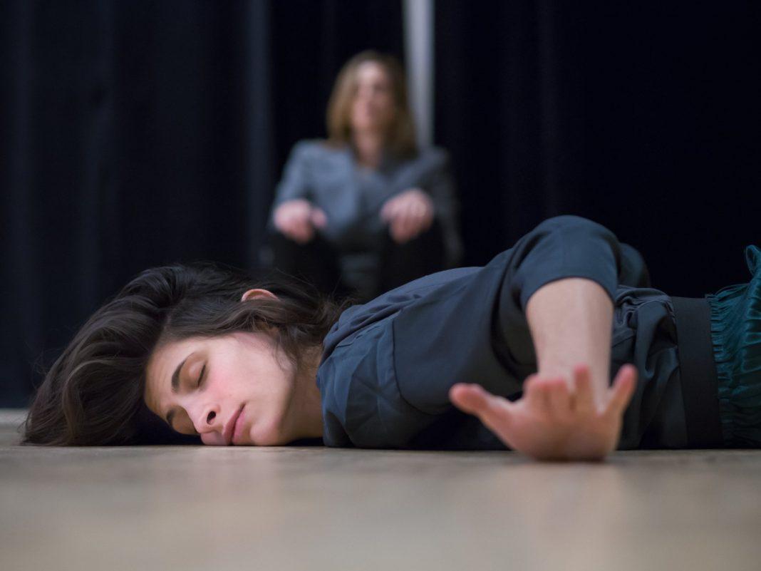 Ph. Erika Belfiore. reenactment di Roll, Dan Graham