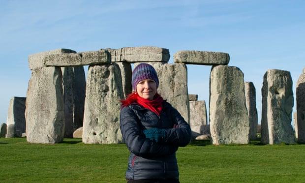 La professoressa Alice Roberts davanti al sito di Stonehenge per un documentario della BBC. E se in realtà le pietre fossero state prima in Galles? Lo vediamo meglio tra le notizie dal mondo dell'arte della settimana (Fonte: Guardian).