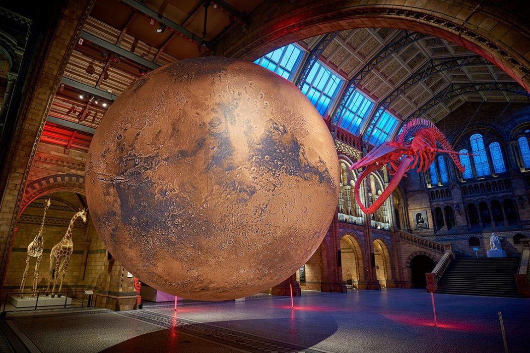 L'istallazione di Luke Jerram di Marte al Museo di Storia Naturale di Londra (courtesy del museo)