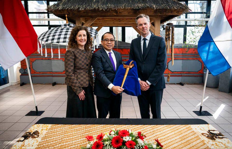 Ingrid van Engelshoven, ministro olandese della cultura, I Gusti Agung Wesaka Puja, ambasciatore indonesiano nei Paesi Bassi, e Stijn Schoonderwoerd, direttore del Museo di etnologia. Photo credit: © OCW / Freek van den Bergh