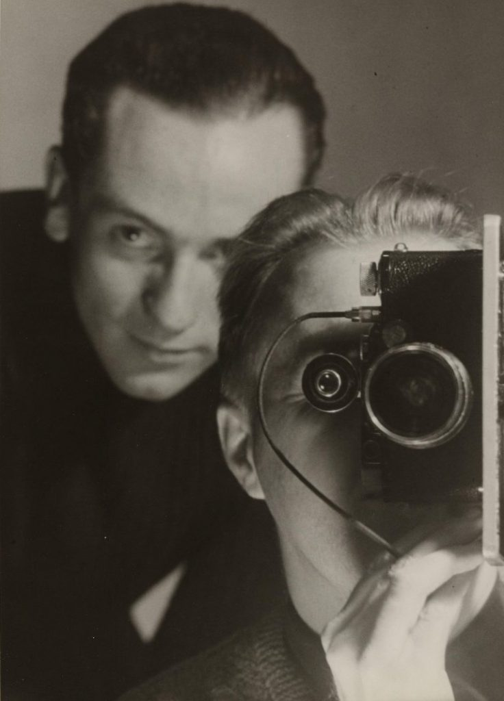 Maurice Tabard, Untitled (Self-Portrait with Roger Parry), c. 1936, Stampa alla gelatina ai sali d'argento, 23.5 x 16.8 cm The Museum of Modern Art, New York, Thomas Walther Collection. Gift of Thomas Walther Digital Image © 2021 The Museum of Modern Art, New York/Scala, Florence
