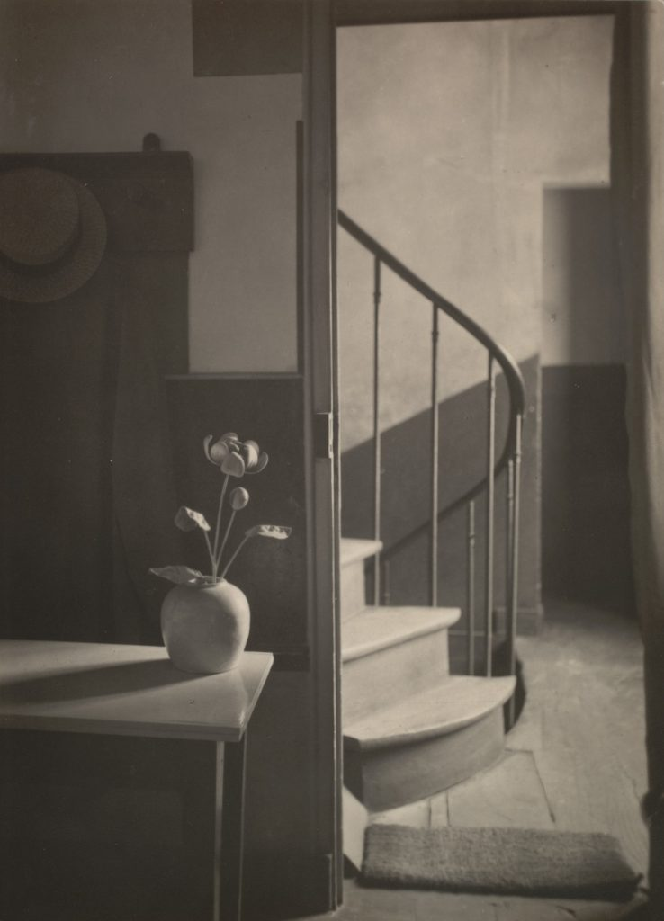 André Kertész, Chez Mondrian, 1926, Stampa alla gelatina ai sali d'argento, 10.8 x 7.8 cm, The Museum of Modern Art, New York, Thomas Walther Collection. Grace M. Mayer Fund and gift of the artist, by exchange © RMN-Grand Palais - Gestion droit d'auteur - Digital Image © 2021 The Museum of Modern Art, New York/Scala, Florence