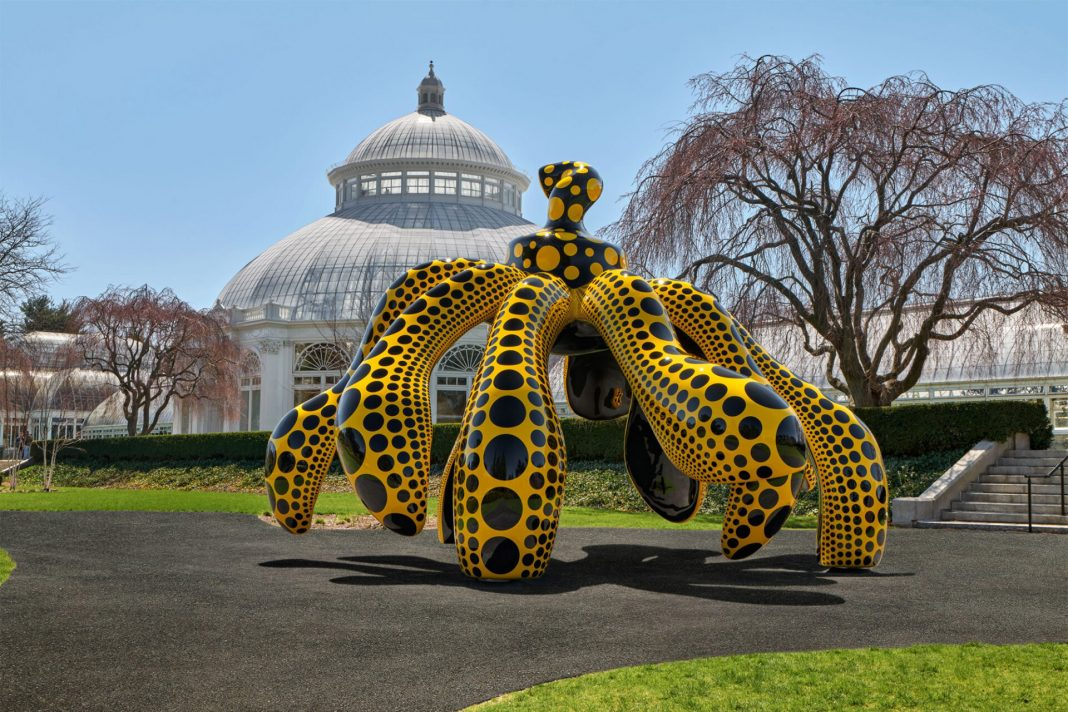 """""""Dancing Pumpkin"""" (2020), view at the New York Botanical Garden, urethane paint on bronze, 196 7/8 x 116 7/8 x 117 ¼ inches. Collection of the artist, courtesy of Ota Fine Arts and David Zwirner"""