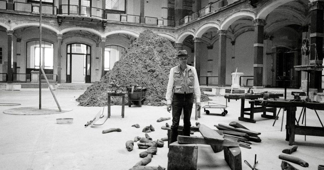 Photo: Jochen Littkemann, Joseph Beuys in der Ausstellung