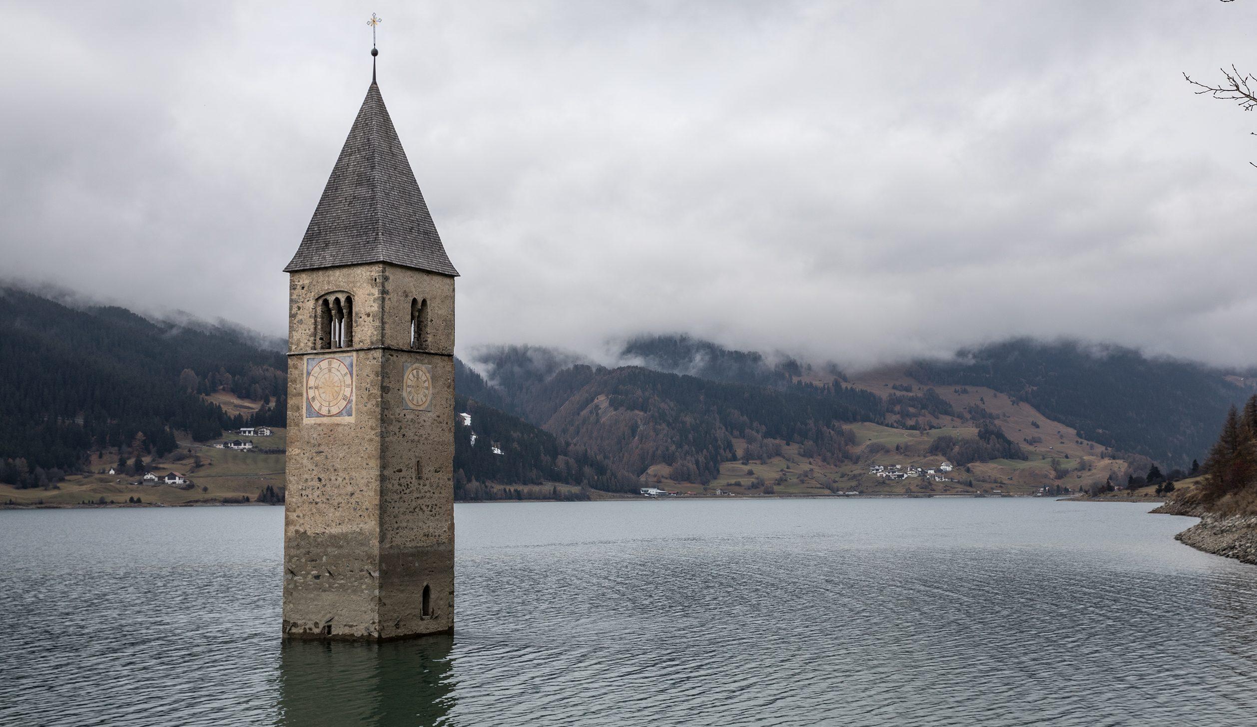 Dopo 70 anni riemerge dalle acque il paese di Curon: le foto