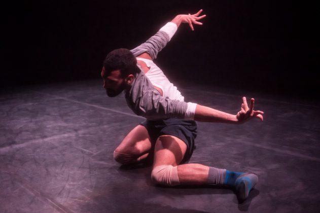 Il danzatore Adriano Popolo Rubbio nella sua performance Naca.