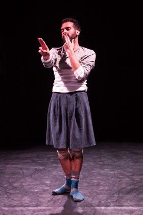 Il danzatore Adriano Popolo Rubbio nella sua performance Naca..