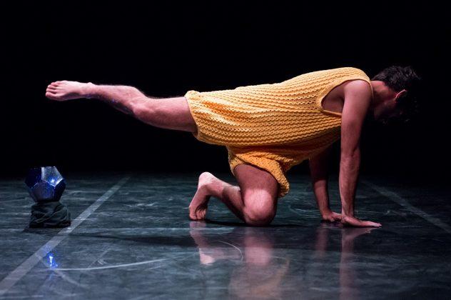 Il danzatore Fernando Roldán Ferrer nella sua performance Kalokagathia