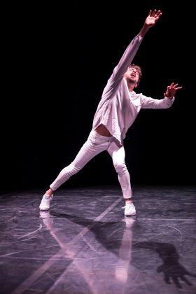 Il danzatore Filippo Domini nella sua performance Fu