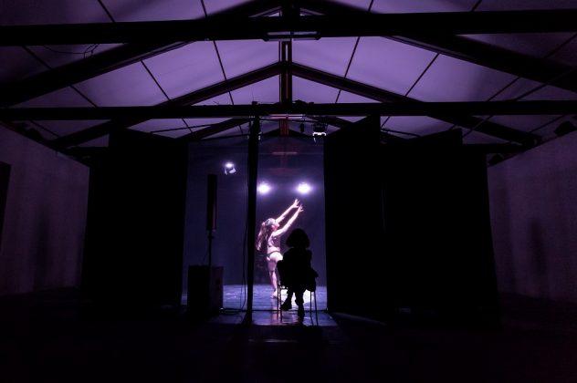 Il danzatore Joel Walsham nella sua performance Re del nulla_
