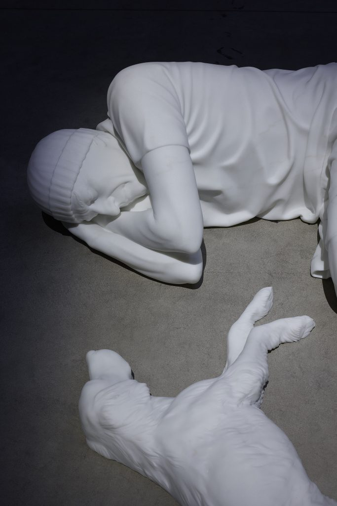 Maurizio Cattelan Breath, 2021 (dettaglio) Veduta dell'installazione, Pirelli HangarBicocca, Milano, 2021 Marmo di Carrara Figura umana: 40 x 78 x 131 cm Cane: 30 x 65 x 40 cm Courtesy l'artista, Marian Goodman Gallery e Pirelli HangarBicocca, Milano Foto: Agostino Osio
