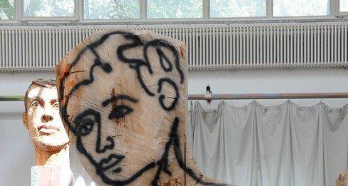 Un segno nel Foro di Cesare – Stephan Balkenhol – Sempre più