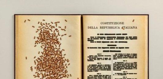 Emilio Isgrò – La Costituzione cancellata