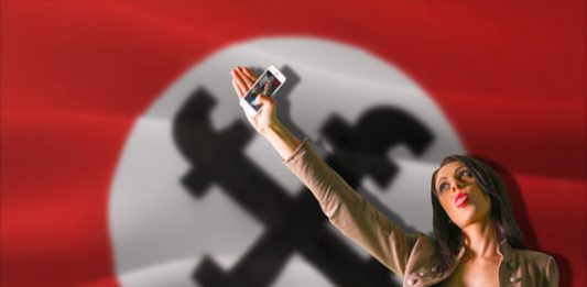 Su.asti-ka: brindisi artistico alla morte virale delle ideologie
