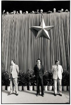Dietro la cortina di ferro: 20 anni in bianco e nero. La storia della Cecoslovacchia in una raccolta di fotografie (1969-1989)