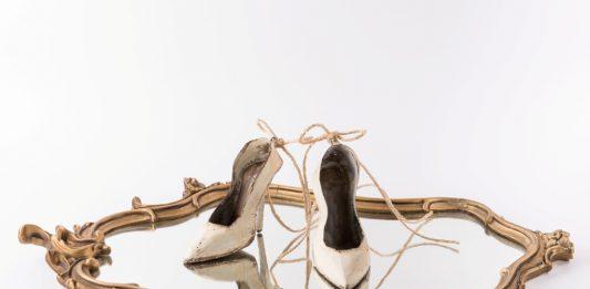 Sara Lovari – Le charme dans le miroir