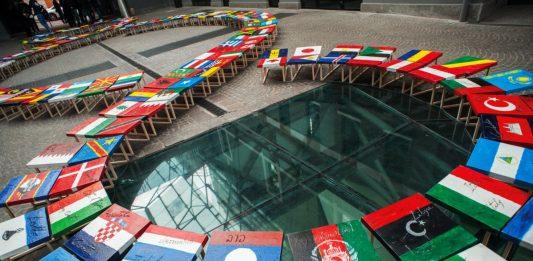 La Bandiera del Mondo. 1+1=3