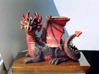 CUCCIOLO DI DRAGO - scultura realizzata con impasto di caolino e ceramiche, dipinta con acrilici da S. Marchesini (07/2004)