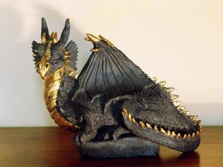 DRAGO in foglia d'oro - Scultura di drago realizzata con ceramica di Sevres (Francia) e doratura al bolo armeno con foglia d'oro zecchino. (05/2004)