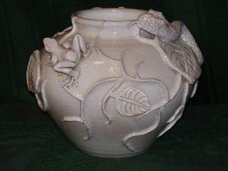 """- ARTE ANIMALISTA - SCENA DI CACCIA PALUSTRE """"il serpente e la rana"""", scultura su vaso in caolino ceramico, smaltato a secondo fuoco con il bianco a effetto """"craquele"""". Realizzato nel marzo 2008"""