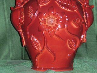 """- ARTE ANIMALISTA - INSETTI, RAMI, FOGLIE E FIORI. """"Scarabei Rinoceronte"""" Scultura su vaso in caolino ceramico, smaltato a secondo fuoco con smalto bordeaux. Realizzato nell'aprile 2008."""