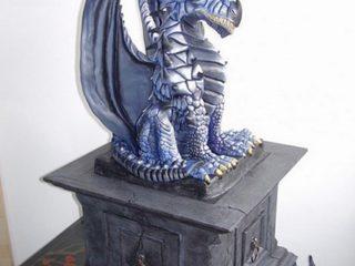 """""""SILVER-DRAGON"""" Scultura di Drago in ceramica di Sevres dipinto con acrilici, posizionato su un capitello in legno con cassetto frontale diviso in tre scomparti interni foderati in velluto nero. Realizzato tra fine 2006 e inizio 2007. IN VENDITA"""