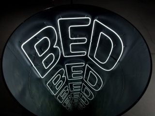 """""""Bed"""" di Ivan Navarro"""