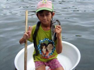 Bimbo cambogiano con pitone, villaggio galleggiante, Siem Reap, Cambogia