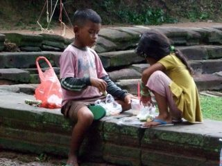 Bimbi cambogiani al tempio di Neak Peam, Angkor Wat, Siem Reap, Cambogia