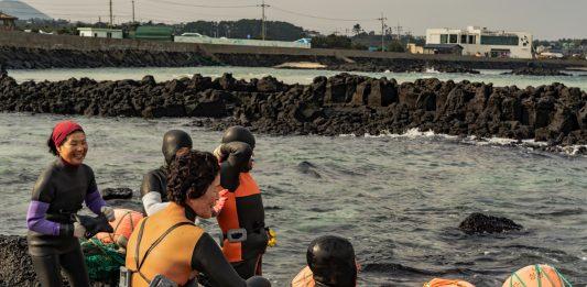 Vincenzo Acampora Carratura  – Haenyeo: Pescatrici, Madri, Mogli dell'isola di Jeju
